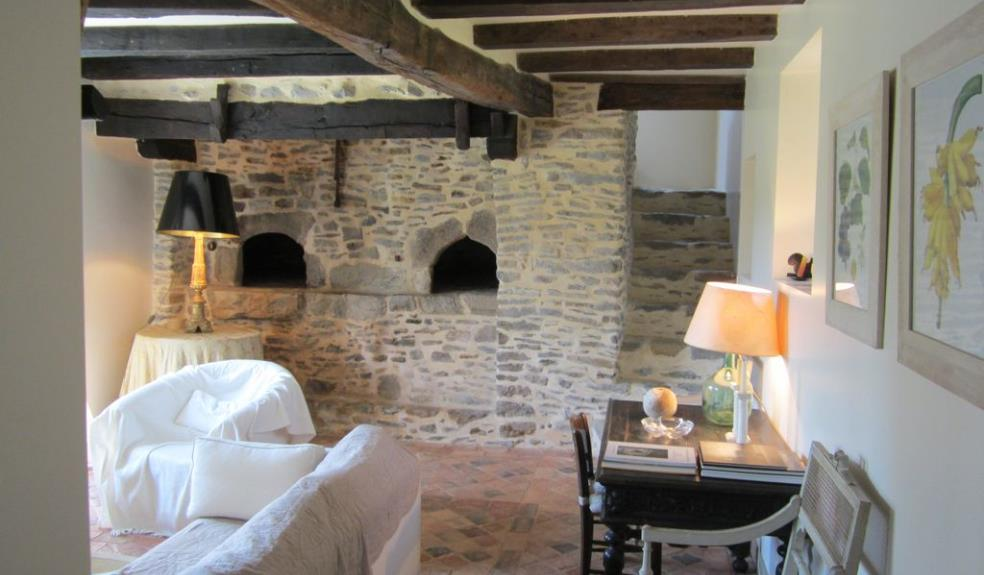 Maison de charme salon avec fours à pain et escalier